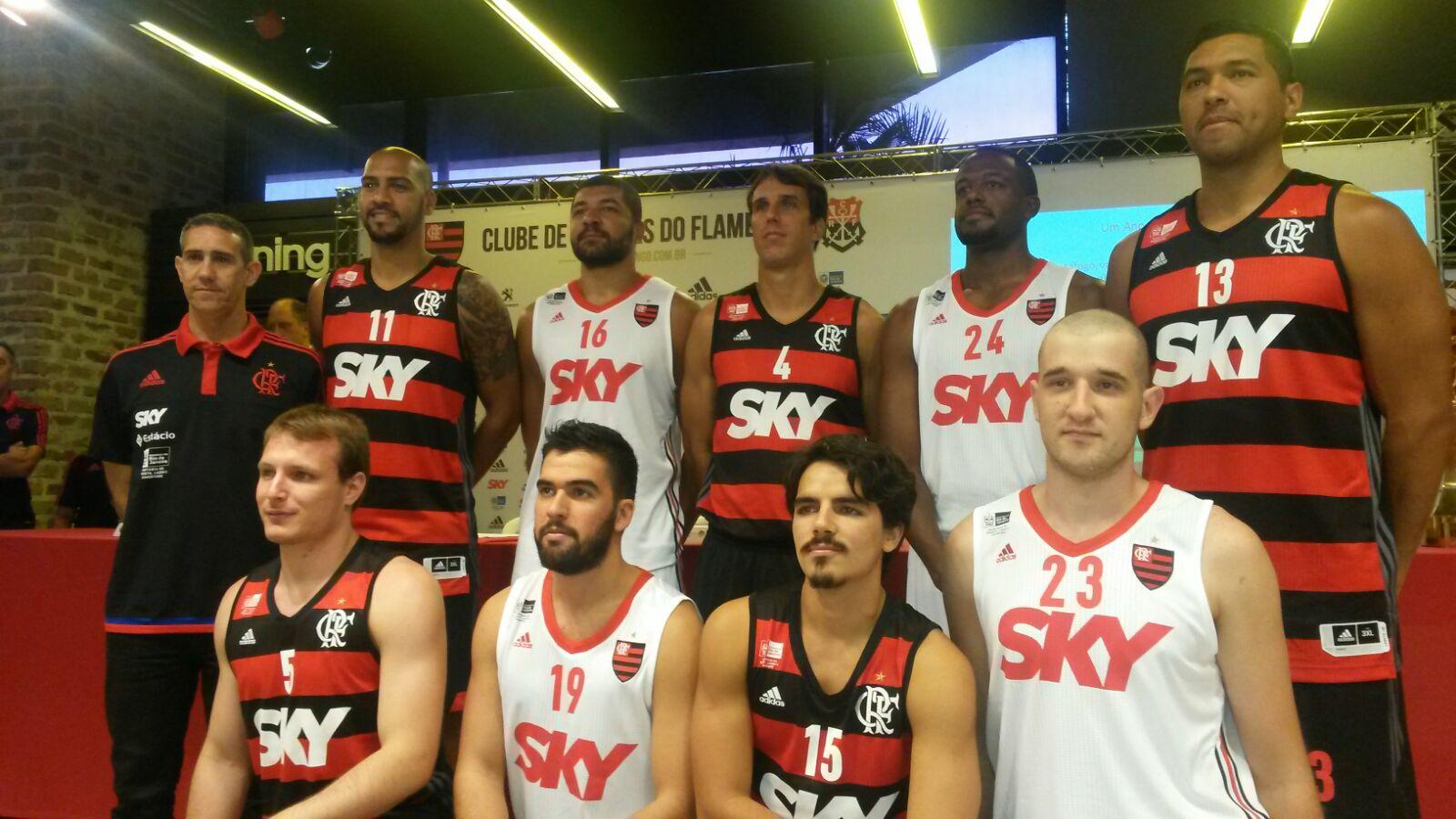 8c0536d111 Na manhã desta sexta-feira (25.09), o Flamengo apresentou os novos uniformes  e o elenco de basquete para a temporada 2015/2016.