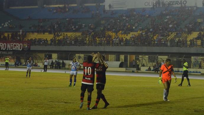 Jogadoras comemoram após gol do rubro-negro no estádio Zerão, em Macapá (Foto: Abinoan Santiago/GE-AP)