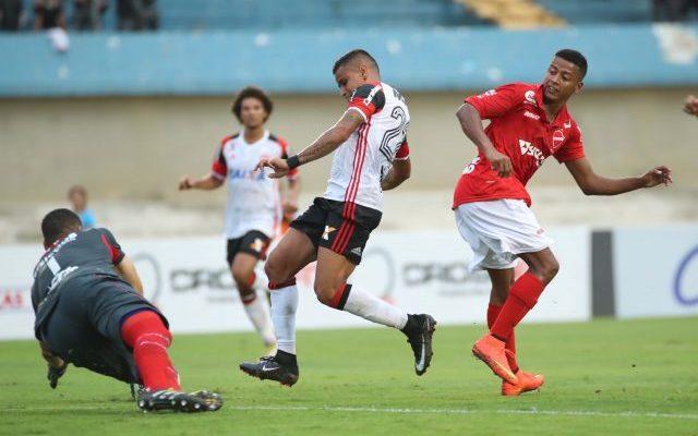 48c9a601d81f5 Flamengo sai atrás