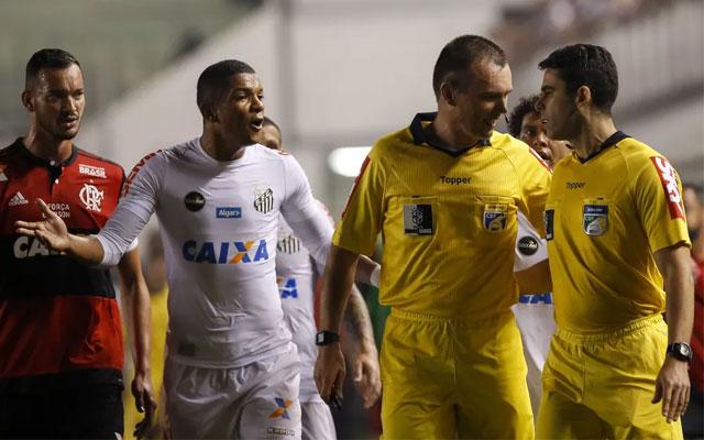Em súmula, árbitro de Santos e Flamengo ignora pênalti desmarcado