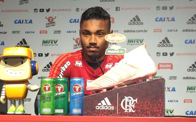 """Vitinho mantém mistério sobre Diego Alves: """"Não quero me pronunciar"""""""