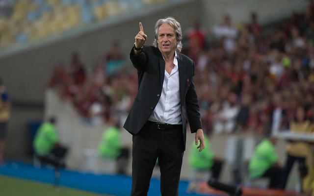 """""""Era aplaudido de pé por 70 mil todo jogo"""", em má fase no Benfica, Jorge Jesus cita torcida do Flamengo"""