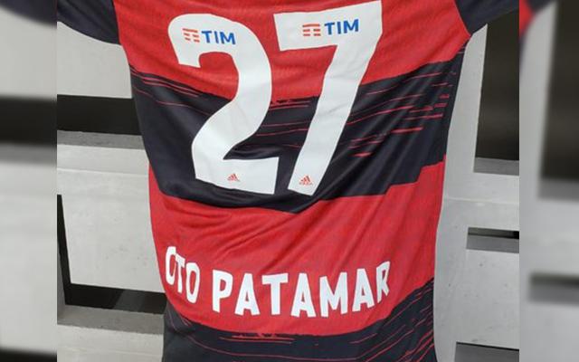 """Frase """"oto patamar"""" vira destaque em personalizações de camisas no lançamento do novo Manto do Flamengo"""