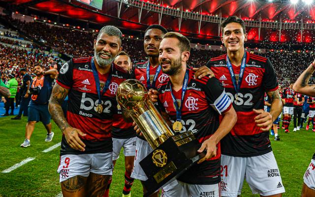 """Ex-jogador vê Flamengo em 'momento extraordinário' e assegura: """"Está muito à frente do Palmeiras"""""""