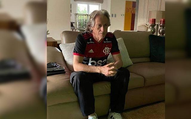 """De quarentena em Portugal, Mister posta foto com o Manto e manda recado: """"Coração e mente no Brasil"""""""