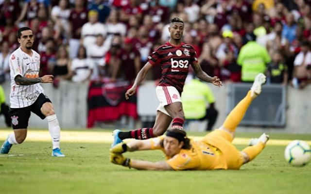 Bruno Henrique acumula quatro gols em cinco jogos contra o Corinthians