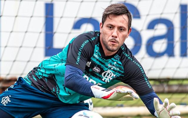 Diego Alves treina entre os titulares do Flamengo e deve ser escalado para jogo contra o Athletico