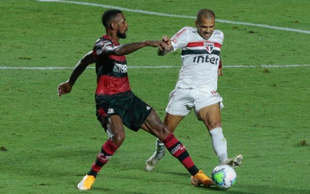 Ap�s desentendimentos em campo, Daniel Alves manda recado para Gerson