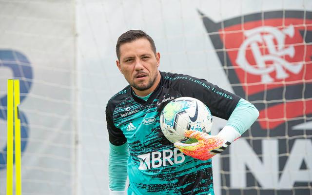 Fora dos treinamentos, Diego Alves tem poucas chances de voltar contra o Ceará