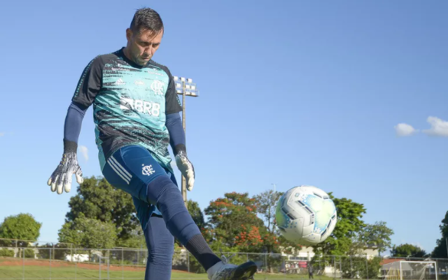 Diego Alves não se recupera e será desfalque novamente para jogo contra o Palmeiras