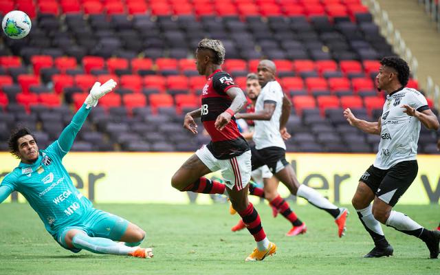 """""""Chegaram tantas vezes na cara do gol e chutaram a bola no Leblon"""", jornalista questiona qualidade das finalizações do Mengão"""