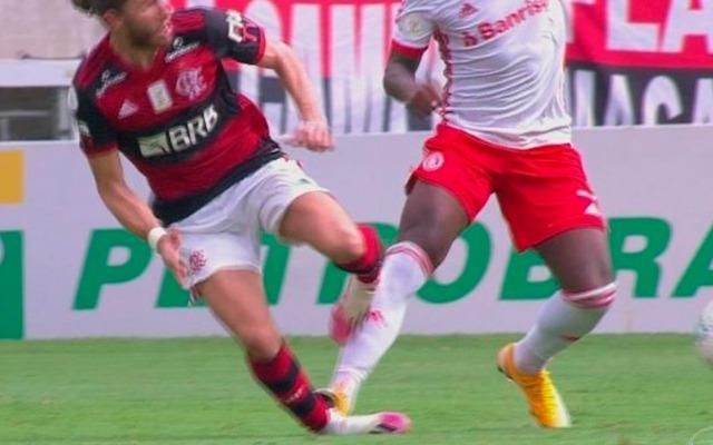 """""""Querem que o Flamengo ganhe"""", Capitão do Internacional detona a CBF"""