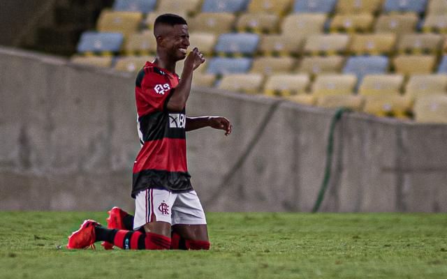 """""""Sou muito fã"""", Herói na vitória do Flamengo, Max revela inspiração em Gerson e se emociona"""