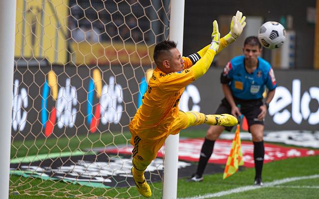 Na metade da temporada, Diego Alves se aproxima de marca alcançada em 2020 pelo Flamengo
