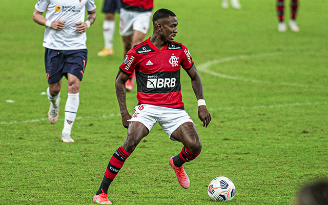 Após mais de dois meses, Ramon pode voltar a ter chance no profissional do Flamengo